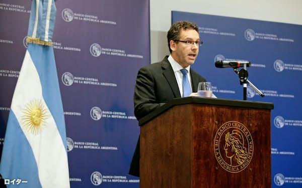 アルゼンチン中央銀行のサンドレリス総裁(10月、ブエノスアイレス)=ロイター
