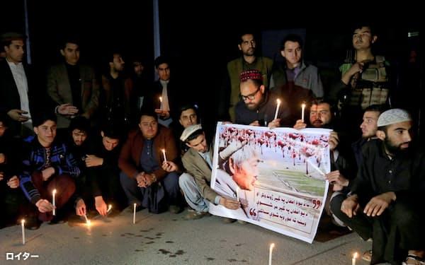 4日、アフガニスタン東部ナンガルハル州ジャララバードで銃撃され、死亡した中村哲医師を追悼する人たち=ロイター