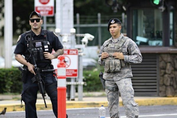 銃撃事件のあった米軍施設前に立つ警備員(4日)=AP
