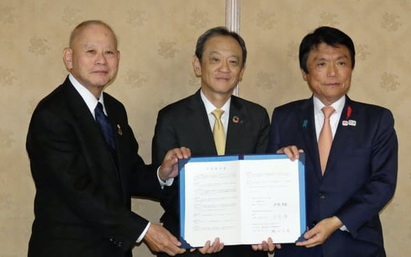 アイシンは福岡県などと新たな開発拠点設置への立地協定を締結した(5日、福岡県庁)