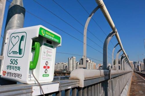 ソウルの中心部を流れる漢江にかかる橋に設置された非常電話。「つらいですか? あなたの話を待っています」と書かれている
