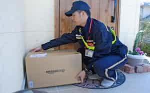 アマゾンは受取人の希望に応じ、不在時に荷物を玄関前などに置く置き配を全国で始める(広島県廿日市市の実証実験で)