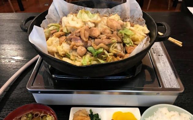 杉の子の「鶏ちゃん定食」は肉厚のキャベツが肉の柔らかさを引き立てる