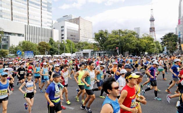 北海道マラソンで大通公園前をスタートするランナー(2018年、札幌市中央区)=共同