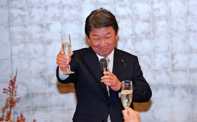 G20外相会合の際に栃木県の日本酒で乾杯する茂木氏(外務省提供)