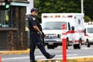 銃撃事件後の米海軍施設前に立つ警備員(4日)=AP