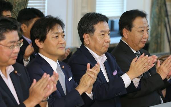 野党合同会議に臨む(右から)野田前首相、立憲民主党の枝野代表、国民民主党の玉木代表(10月、国会内)