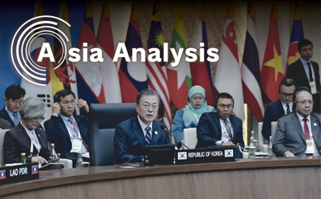 ASEANとの特別首脳会談で韓国の文在寅大統領(中央)は「新南方政策」の推進を訴えた(11月26日、韓国・釜山)=AP
