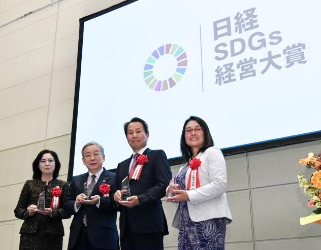 日経SDGs経営大賞を受賞し、記念写真に納まるコニカミノルタの山名昌衛社長兼CEO(右から2人目)ら(5日、東京都江東区の東京ビッグサイト)