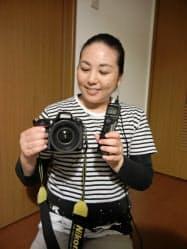 武井咲予さんと愛機NikonD600。左手に持つのはタイマーレリーズ