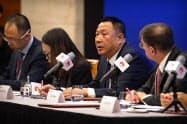 米通信当局の提訴を発表したファーウェイの宋柳平・最高法務責任者(5日、深圳)=AP
