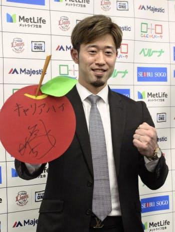 契約更改交渉を終え、ポーズをとる西武の外崎(5日、埼玉県所沢市の球団事務所)=共同