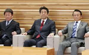 臨時閣議に臨む安倍首相(5日、首相官邸)