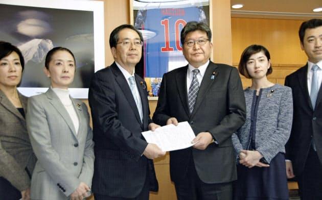 公明党の斉藤幹事長(中央左)から提言書を受け取る萩生田文科相(5日、文科省)=共同