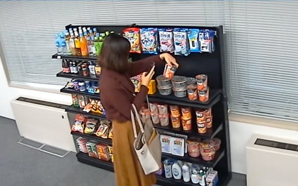 スマホで商品バーコードを読み取る、無人店舗を想定した実験