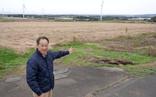 ワイナリー予定地から遠くに日本海を望むことができる(計画を説明する仁田英策取締役執行役員)