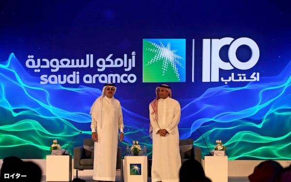 ムハンマド皇太子はIPOに先立ち、サウジアラムコの会長に側近のルマイヤン氏(右)を起用した(11月3日、サウジ東部ダーラン)=ロイター
