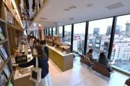 11月に開業した「渋谷スクランブルスクエア」東棟に入る「TSUTAYA BOOKSTORE」。飲食物も提供する