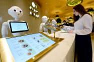 ペッパーパーラーはヒト型ロボット「ペッパー」が来店客に対応する飲食店(東急プラザ渋谷)