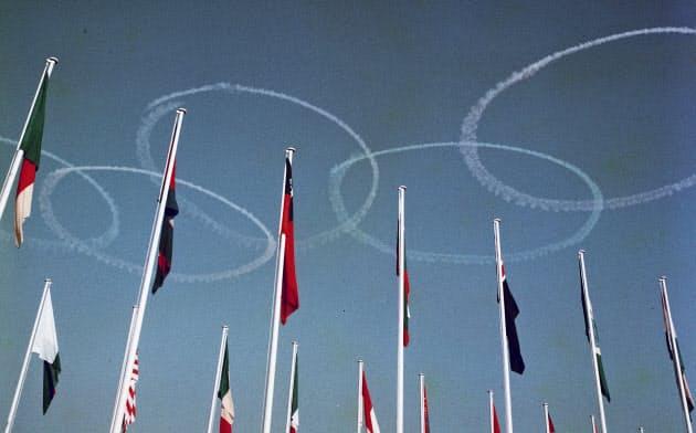 1964年東京五輪の開会式で、国立競技場の上空にブルーインパルスが描いた五輪マーク=共同