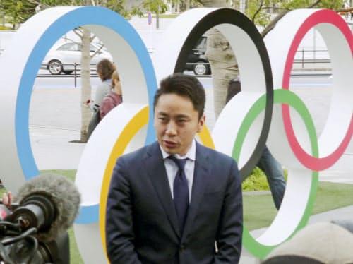 IOC選手委員選挙に立候補し、取材に応じるフェンシングの五輪銀メダリストで日本協会会長の太田雄貴氏(6日午前、東京都新宿区)=共同