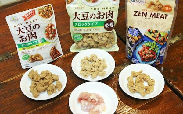 今回試食した代替肉(奥左から)「 大豆のお肉 レトルトタイプ」「大豆のお肉 乾燥タイプ」「ゼンミート」。手前は本物の鶏肉=三浦秀行撮影