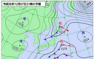 12月7日午後9時の予想天気図。日本の南海上を通る低気圧はあまり発達しない(気象庁作成)