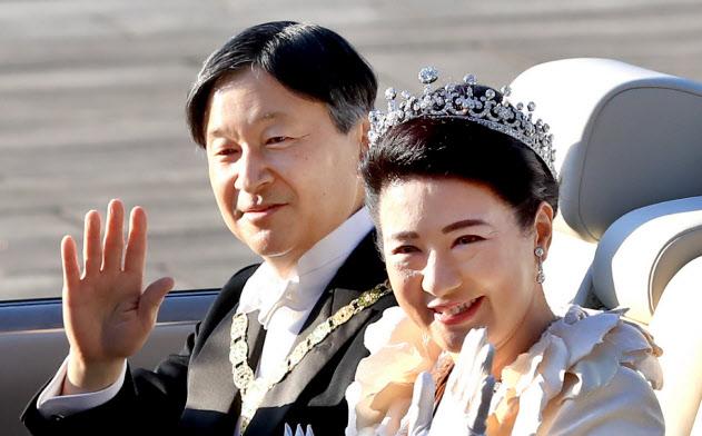 即位祝賀パレードに向け出発する天皇、皇后両陛下(11月、皇居)
