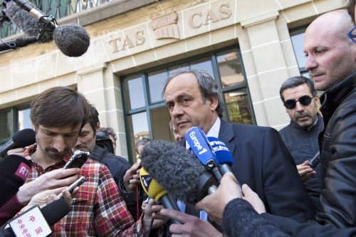 法的根拠のない金銭授受を理由にFIFAが科した活動停止処分に対し、プラティニ氏は取り消しを求めてスポーツ仲裁裁判所に提訴。2016年4月、同裁判所でヒアリングを受けた=AP