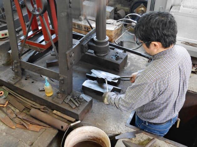 越前打刃物は金属をたたいて生産する(高村刃物製作所)