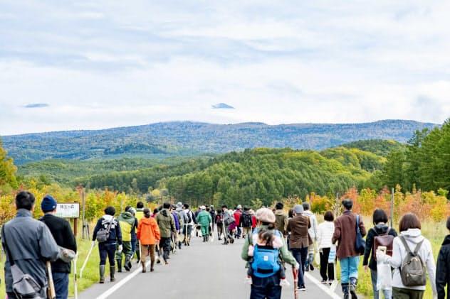 首都圏などからの関係人口を増やす(植樹に向かう参加者、北海道東川町)