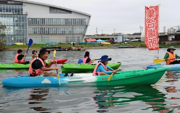 社員の家族を招いたイベントでは、本社前の湖上でカヌーなどを楽しむ(大津市)
