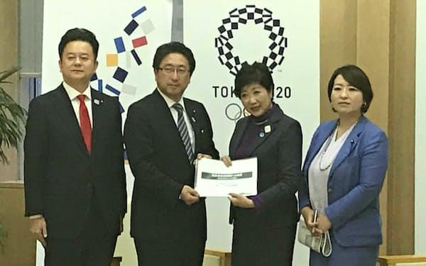 都民ファーストの会から提言を受け取る東京都の小池百合子知事(写真右から2人目)