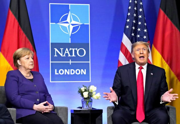 NATO首脳会議では米国と欧州の溝が目立った(4日、メルケル独首相(左)と会談するトランプ米大統領)=ロイター