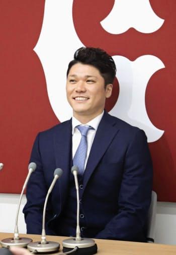 契約更改を終え、記者会見する巨人の坂本勇(6日、東京・大手町の球団事務所)=共同