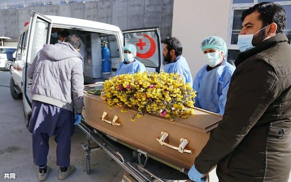 アフガニスタンの首都カブールで、司法解剖を終えて病院に運ばれる中村哲さんのひつぎ(6日)=共同