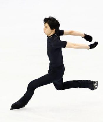 公式練習で4回転半ジャンプに挑戦する羽生結弦。着氷することはできなかった(6日、トリノ)=共同