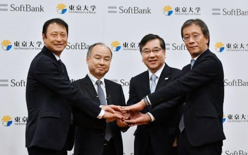 AIの研究所開設を発表するソフトバンクグループの孫正義会長兼社長(中央左)と東大の五神真学長(同右)ら=6日、東京都文京区