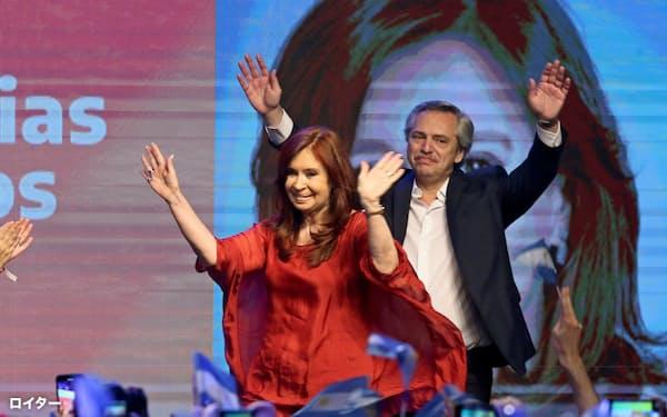 アルゼンチンのフェルナンデス次期大統領(右)の閣僚人事はクリスティナ前大統領(左)の影響が色濃く出た(10月27日の大統領選後の集会の様子、ブエノスアイレス)=ロイター