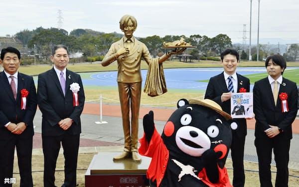 熊本県益城町に設置された、漫画「ONE PIECE」に登場する料理人「サンジ」の銅像(7日午前)=共同