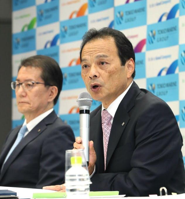 米保険買収を発表する東京海上ホールディングスの小宮暁社長(右)(10月3日、東京・丸の内)