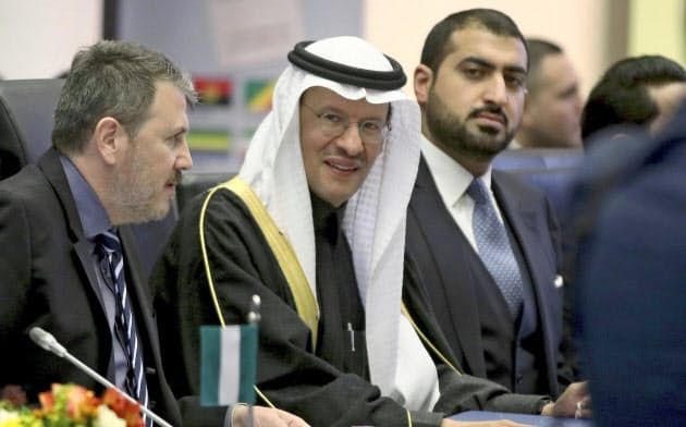 サウジアラビアなどの産油国は減産で原油価格下支えをめざす=AP