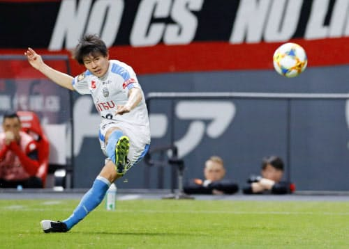 札幌―川崎 前半、FKを決める川崎・脇坂(7日、札幌ドーム)=共同