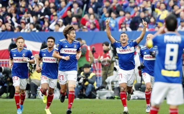 横浜M―FC東京 前半、ゴールを決め、両手を上げ駆けだす横浜Mのエリキ(7日、日産スタジアム)=共同