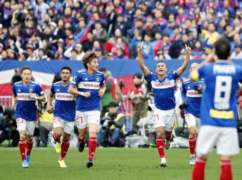 横浜M-FC東京 前半、ゴールを決め、両手を上げ駆けだす横浜Mのエリキ(7日、日産スタジアム)=共同