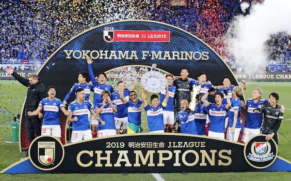 サッカーJ1で15年ぶり4度目の優勝を果たし、喜ぶ横浜Mイレブン(7日、横浜市の日産スタジアム)=共同