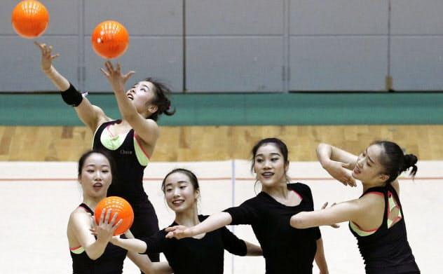 練習を一般公開し、演技を披露する新体操団体の日本代表(7日、福岡県宗像市)=共同