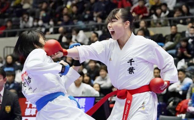 女子団体組手決勝 静岡の選手を破った千葉の植草歩=右(7日、高崎アリーナ)=共同