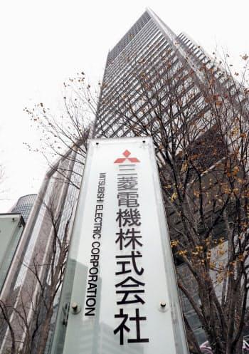 三菱電機本社が入るビル(7日午後、東京・丸の内)=共同