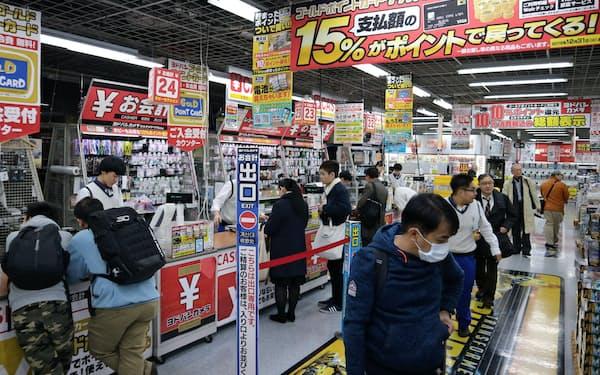 年末商戦が本格化し店頭もにぎわいを見せている(東京都千代田区の「ヨドバシカメラマルチメディアAkiba」)